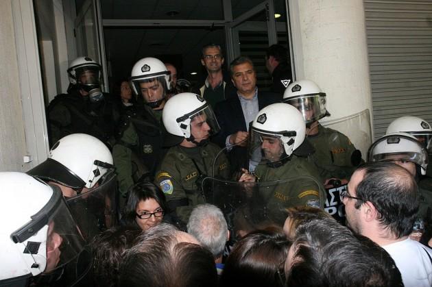 Imagen de un encierro en un hospital griego para protestar contra los recortes en Sanidad. / Isathensgallery